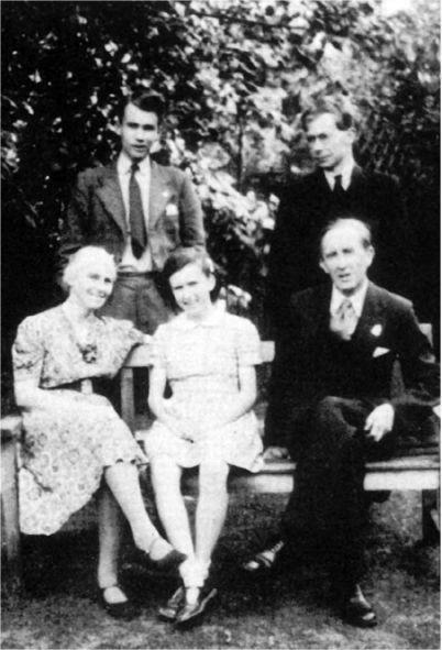 Толкин със семейството си, 1942 г.