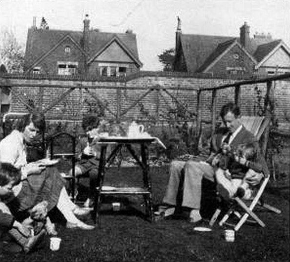 Толкин в задния двор със семейството си, март 1930 г.
