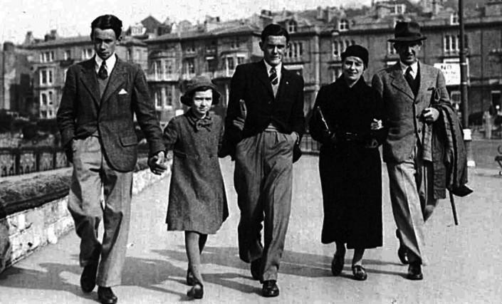 Толкин със семейството си, 1940 г.